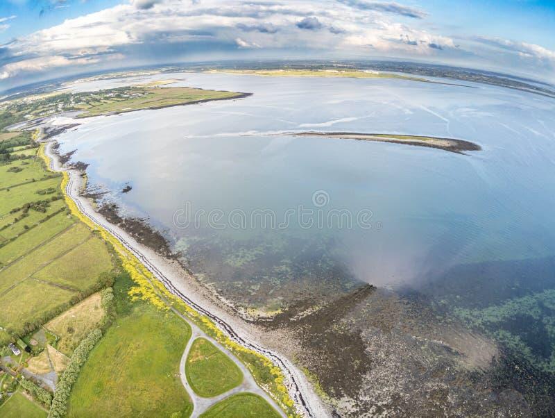 Widok z lotu ptaka Galway zatoka z rolnymi polami i królik wyspą zdjęcie royalty free