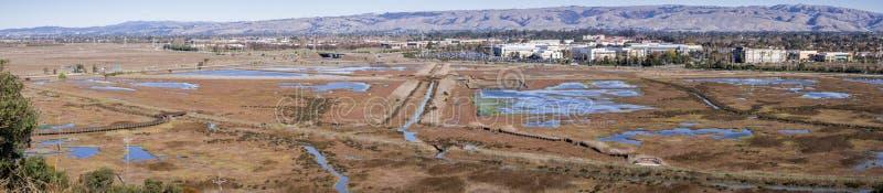 Widok z lotu ptaka grąz w Don Edwards rezerwat dzikiej przyrody, budynki biurowi w tle; San Francisco zatoki teren, Fremont, obrazy stock