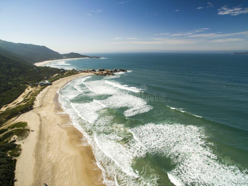 Widok z lotu ptaka gramocząsteczki praia Plażowa gramocząsteczka w Florianopolis, Santa Catarina, Brazylia Lipiec 2017 fotografia stock