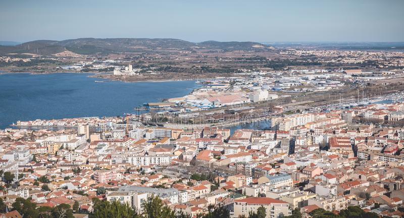 Widok z lotu ptaka historyczny centrum miasta i schronienie Sete, Francja obrazy royalty free
