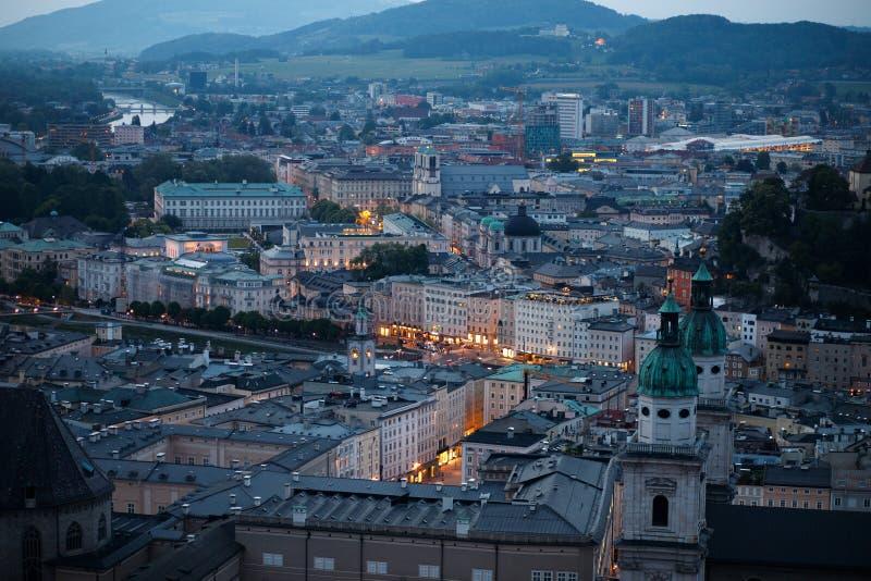 Widok z lotu ptaka historyczny miasto Salzburg w wieczór zdjęcia stock