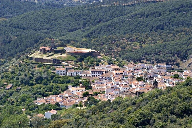 Widok z lotu ptaka Hiszpański biały miasteczko, góra i las, obrazy royalty free