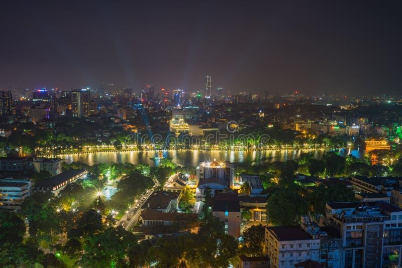 Widok z lotu ptaka Hoan Kiem jezioro lub Kordzik jezioro, Ho Guom w wietnamczyku przy nocą Hanoi linii horyzontu widok Hoan Kiem  fotografia stock