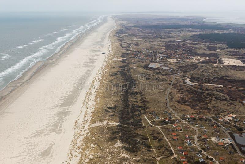 Widok z lotu ptaka Holenderska wyspa Terschelling z plażą i wakacje stwarza ognisko domowe obraz royalty free