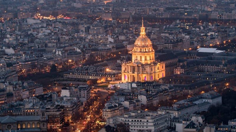 Widok z lotu ptaka hotelu des Invalides w Paryż przy nocą zdjęcie royalty free