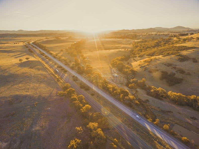 Widok z lotu ptaka Hume autostrady omijanie przez scenicznej wsi przy zmierzchem w Australia obrazy stock