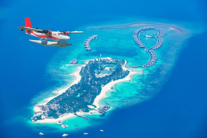 Widok z lotu ptaka hydroplan zbliża się wyspę w Maldives fotografia stock