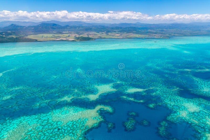 Widok z lotu ptaka idylliczna lazurowa turkusowego błękita laguna zachodnie wybrzeże bariery rafa, Nowy Caledonia, Oceania, Koral zdjęcie stock
