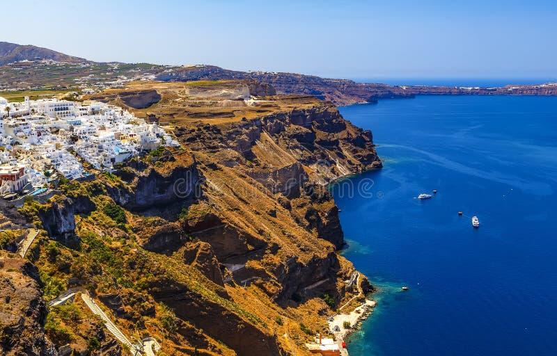 Widok z lotu ptaka idylliczny Fira miasteczko z białymi budynkami na wysokości wybrzeżu, Santorini wyspa w Grecja zdjęcie royalty free