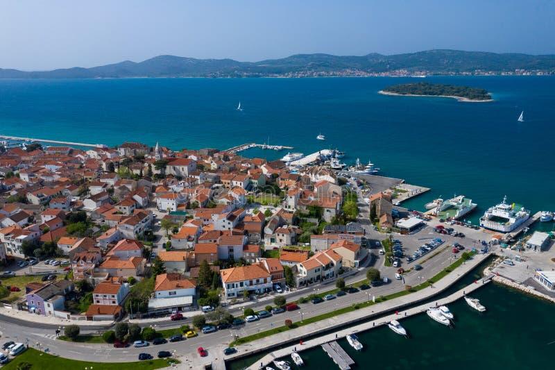 Widok Z Lotu Ptaka jachtu klub i Marina w Biograd na Moru Lato czas w Dalmatia regionie Chorwacja Linii brzegowej i turkusu woda obraz stock