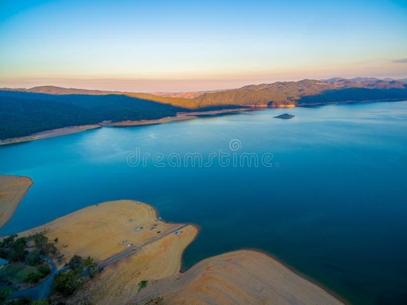 Widok z lotu ptaka Jeziorny Burrinjuck przy zmierzchem fotografia stock