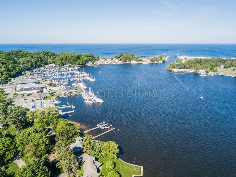Widok z lotu ptaka Jeziorny Macatawa i jezioro michigan Marina obrazy stock