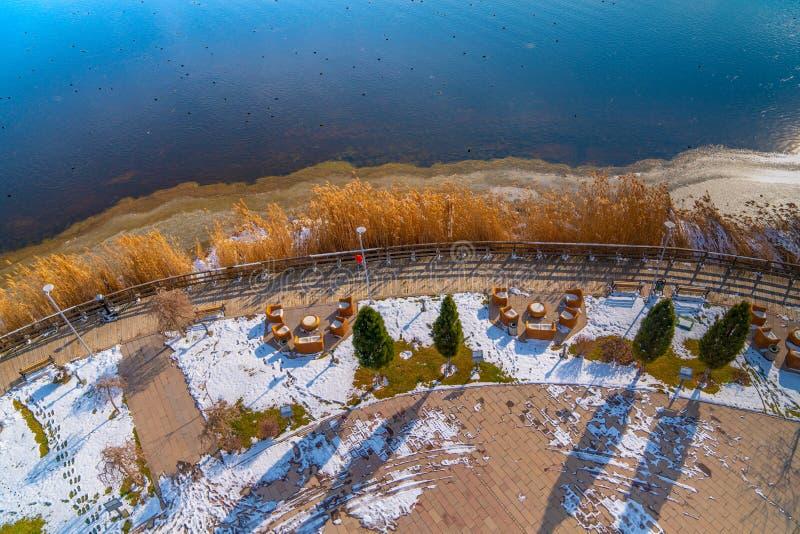 Widok z lotu ptaka Jeziorny Mogan z przejściem w zimie, Ankara, Turcja fotografia royalty free