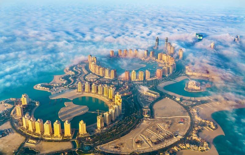 Widok z lotu ptaka Katar wyspa w Doha przez ranek mgły - Katar Perska zatoka zdjęcie stock