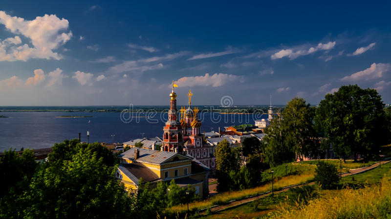 Widok z lotu ptaka katedra Święta Błogosławiona maryja dziewica i Volga rzeka w Nizhny Novgorod, Rosja fotografia royalty free