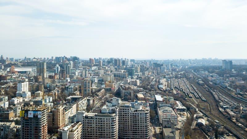 Widok z lotu ptaka Kijowski centrum miasta, kolejowi ślada i budowa wieżowowie, Ukraina fotografia stock