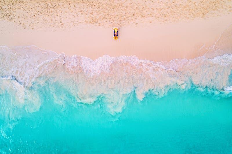 Widok z lotu ptaka kobieta na plaży w bikini lying on the beach, sunbathing i zdjęcie stock