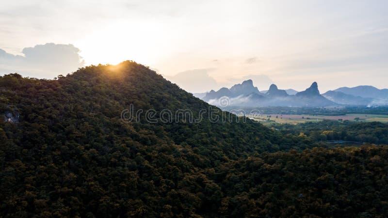 Widok Z Lotu Ptaka Krajobrazowy zmierzch przy góry polem fotografia stock