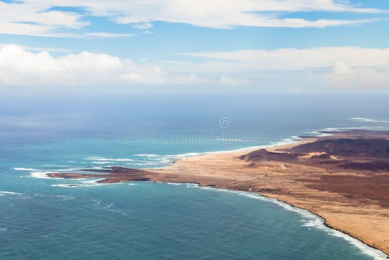 Widok z lotu ptaka linia brzegowa z piaskowatą plażą w Boavista, przylądek Verd obrazy royalty free