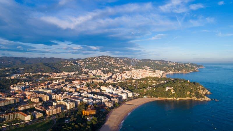 Widok z lotu ptaka Lloret De Mar przy półmrokiem, na Costa Brava obraz royalty free