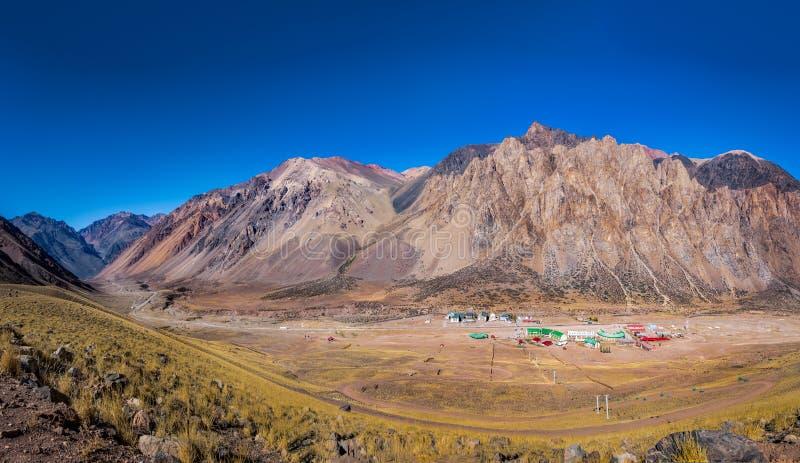 Widok z lotu ptaka Los Penitentes ośrodka narciarskiego wioska w lecie przy Cordillera de Los Andes, Mendoza prowincją -, Argenty zdjęcia stock
