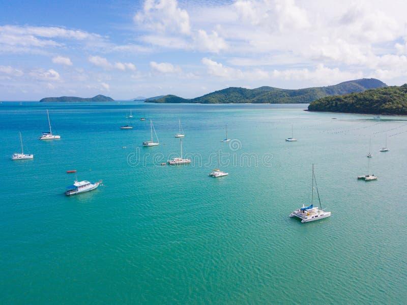 Widok z lotu ptaka lub odgórny widok tropikalna wyspa z łodzią, Phuket isl fotografia stock