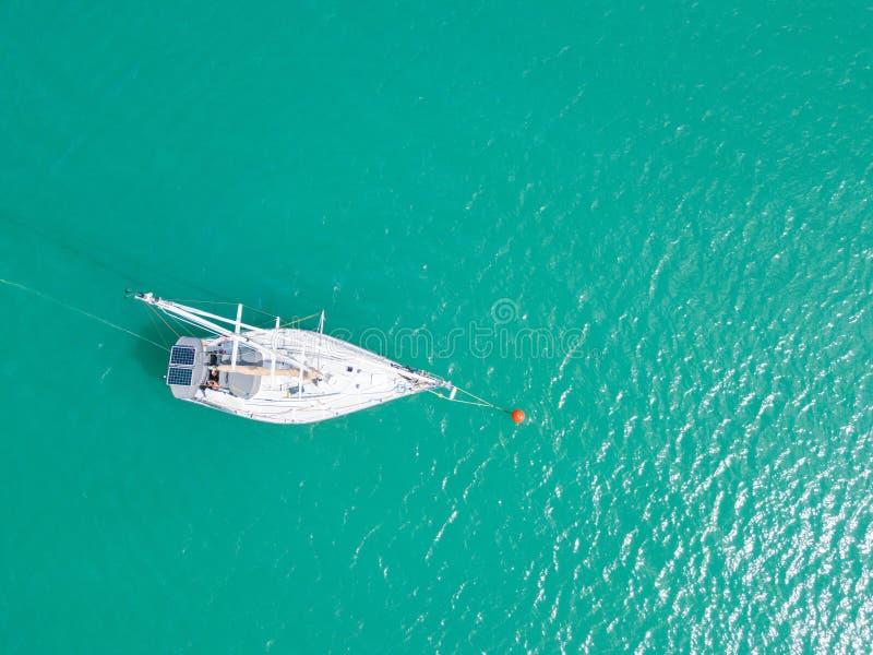 Widok z lotu ptaka lub odgórny widok tropikalna wyspa z łodzią, Phuket isl obrazy stock