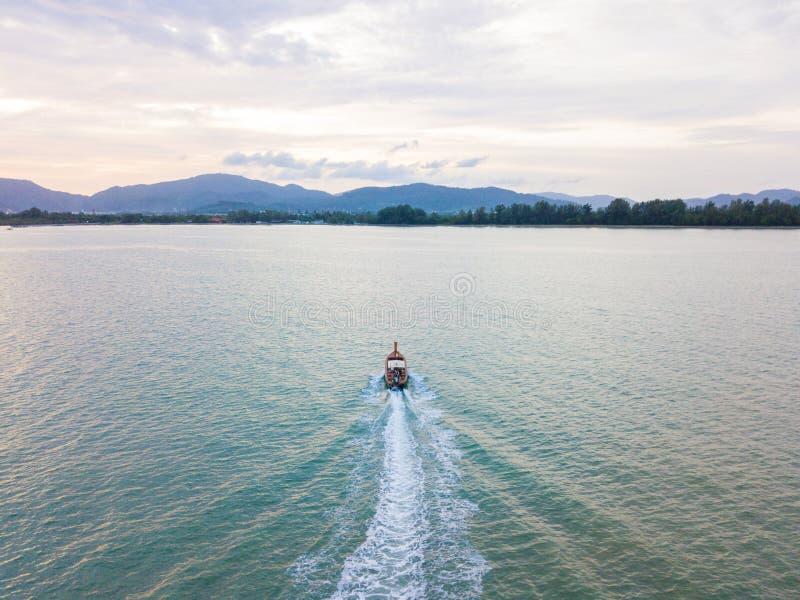 Widok z lotu ptaka lub odgórny widok tropikalna wyspa z łodzią, Phuket isl zdjęcie royalty free