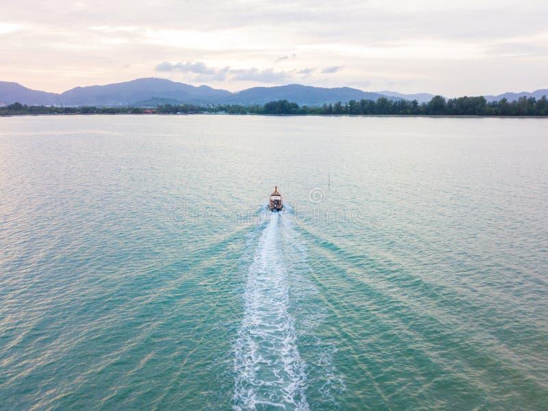 Widok z lotu ptaka lub odgórny widok tropikalna wyspa z łodzią, Phuket isl obrazy royalty free