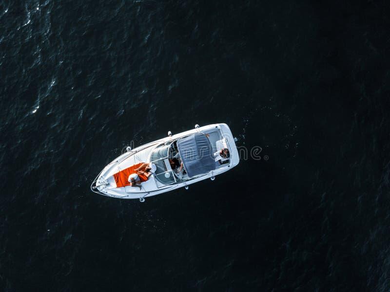 Widok z lotu ptaka mały jacht unosi się w morzu obraz royalty free