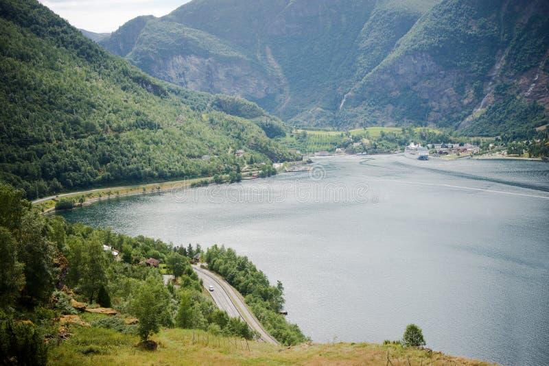 widok z lotu ptaka majestatyczny krajobraz z górami i spokój wodą przy Flama wioską Aurlandsfjord zdjęcia royalty free