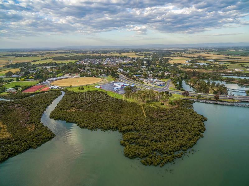 Widok z lotu ptaka mangrowe i mały miasteczko przybrzeżne w Australia przy zmierzchem zdjęcia stock