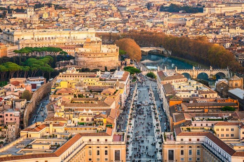 Widok z lotu ptaka mauzoleum Hadrian kasztelu Sant «Angelo andand droga jednanie przy zmierzch złotą godziną w Rzym Włochy zdjęcie royalty free