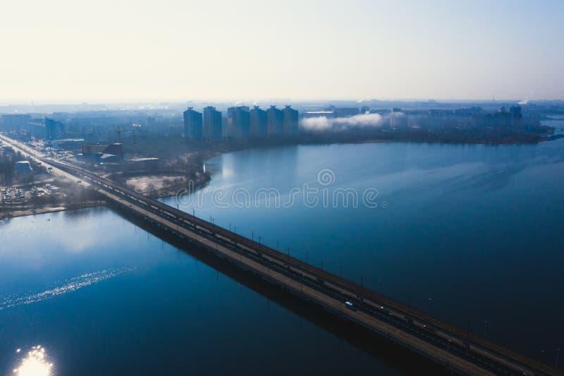 Widok z lotu ptaka mgła nad, trutnia shote z góry, ranek mgiełka i pejzaż miejski Voronezh rzeką i północ mostem z samochodowym r fotografia royalty free