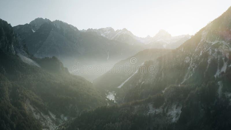 Widok z lotu ptaka mglistej góry dolina w Alps w northeastern Włochy zdjęcie stock