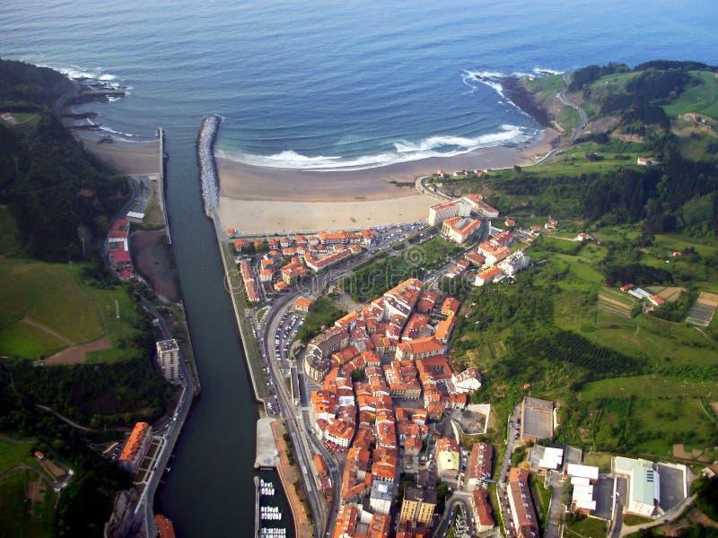 Widok z lotu ptaka miasteczko Deba w Gipuzkoa zdjęcia royalty free