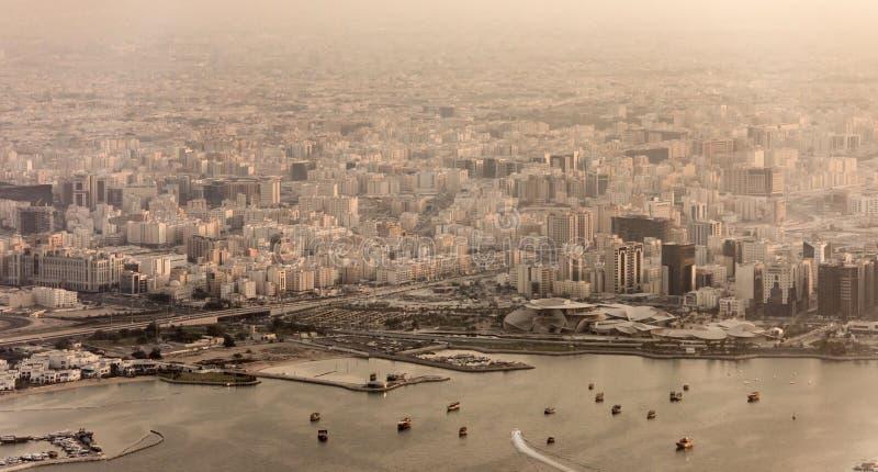 Widok z lotu ptaka miasto Doha, Katar przy zmierzchem z zakurzoną mgiełką zdjęcia stock