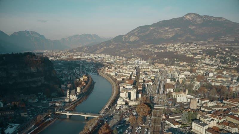 Widok z lotu ptaka miasto Trento Adige rzeczny i Alps, Włochy obraz royalty free