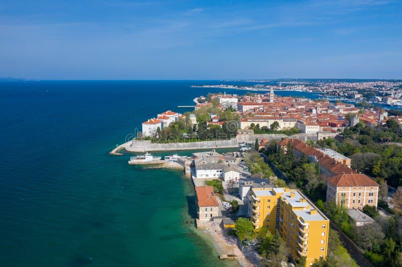 Widok z lotu ptaka miasto Zadar Lato czas w Dalmatia regionie Chorwacja Linia brzegowa, turkusu niebieskie niebo z chmurami i wod obrazy royalty free