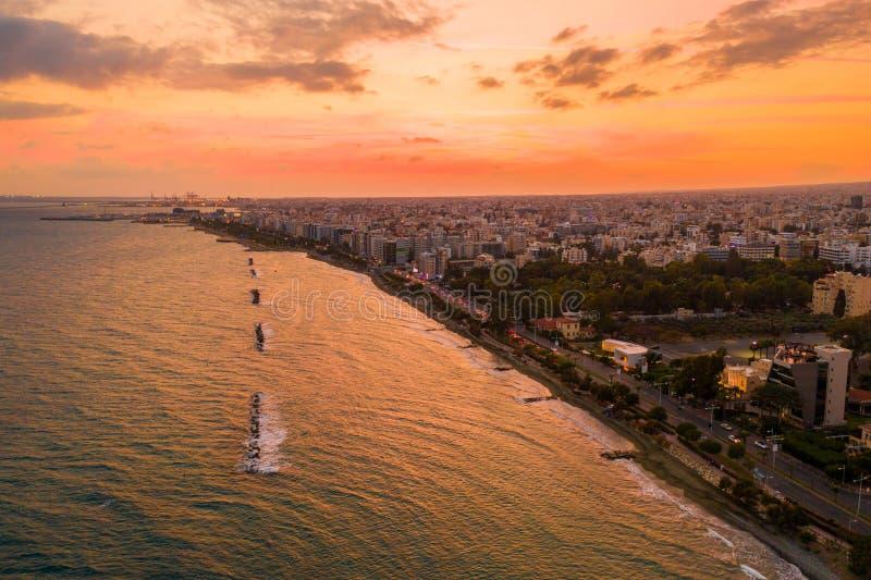 Widok z lotu ptaka Molos deptaka park na wybrzeżu centrum miasta Limassol, Cypr fotografia royalty free