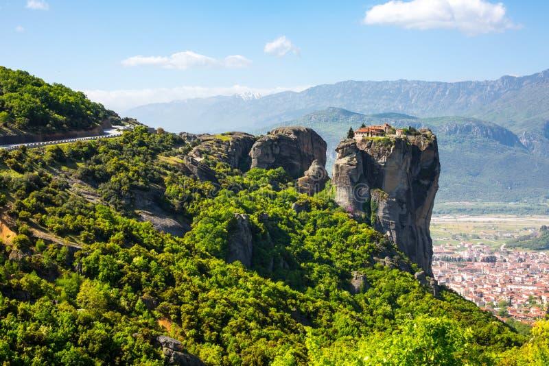 Widok z lotu ptaka monaster przy Meteor falezą i Kalambaka miasteczkiem, Grecja obrazy royalty free