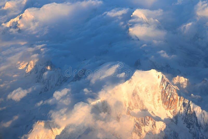 Widok z lotu ptaka Mont Blanc 4.808 7 m/15.777 ft Wysoka góra w Alps nasłonecznionych przy półmrokiem zdjęcia royalty free
