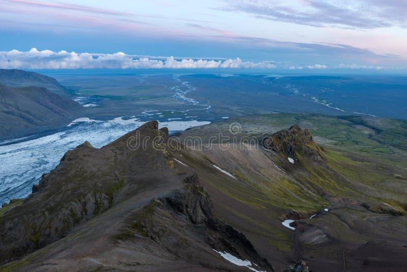 Widok z lotu ptaka morena lodowa rzeka w południe fotografia stock
