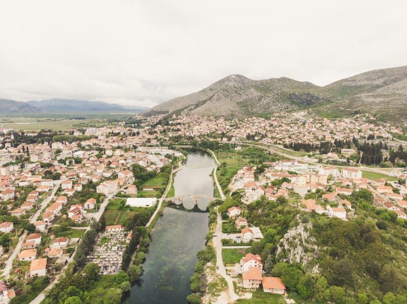 Widok z lotu ptaka most i miasto Hercegovacka Gracanica w Trebinje Bo?nia i Hercegovina fotografia royalty free