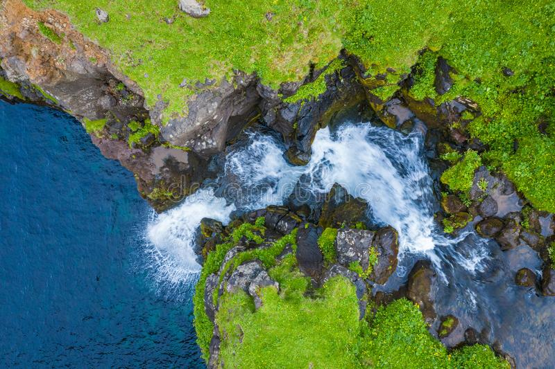 Widok z lotu ptaka Mulafossur siklawa w Gasadalur wiosce w Faroe wyspach, północnego atlantyku ocean Fotografia robi? trutniem z  obrazy royalty free