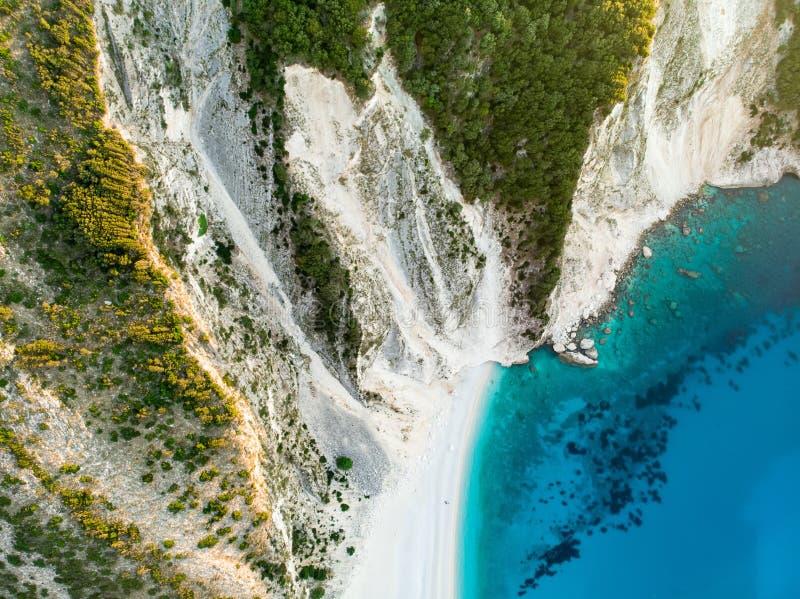 Widok z lotu ptaka Myrtos plaża plaża Kefalonia, wielki wybrzeże z turkus wodą i biały prostacki, piękna i sławna, obraz stock