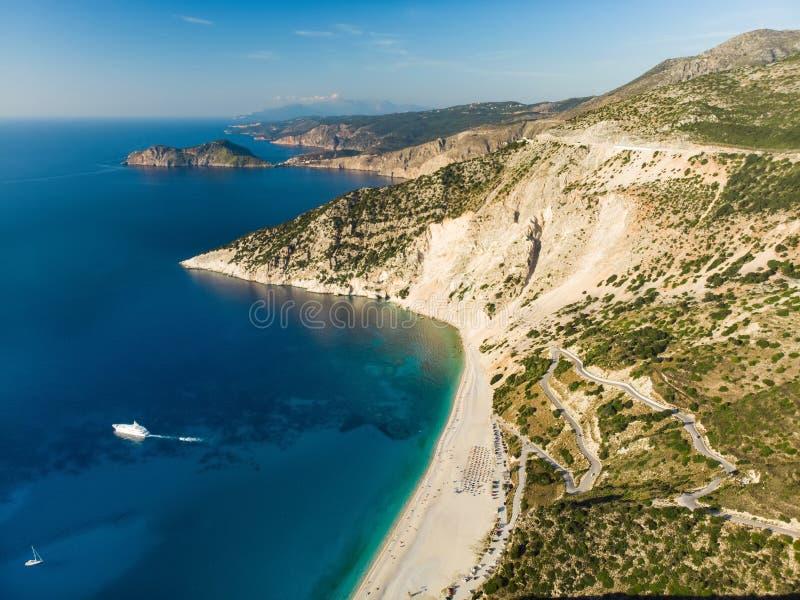 Widok z lotu ptaka Myrtos plaża plaża Kefalonia, wielki wybrzeże z turkus wodą i biały prostacki, piękna i sławna, zdjęcia royalty free