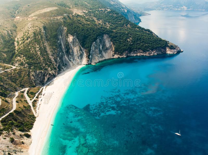 Widok z lotu ptaka Myrtos plaża plaża Kefalonia, wielki wybrzeże z turkus wodą i biały prostacki, piękna i sławna, fotografia stock