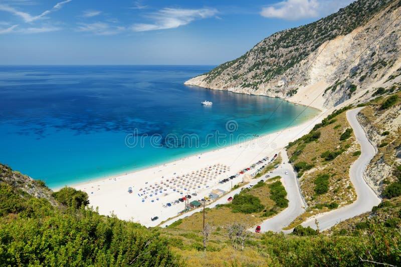 Widok z lotu ptaka Myrtos plaża plaża Kefalonia, wielki wybrzeże z turkus wodą i biały prostacki, piękna i sławna, zdjęcie royalty free
