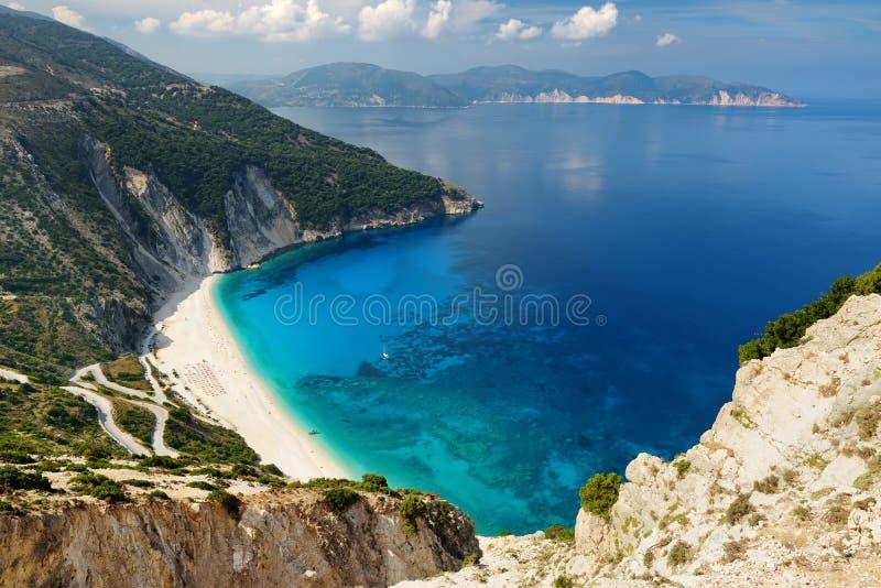 Widok z lotu ptaka Myrtos plaża plaża Kefalonia, wielki wybrzeże z turkus wodą i biały prostacki, piękna i sławna, obraz royalty free